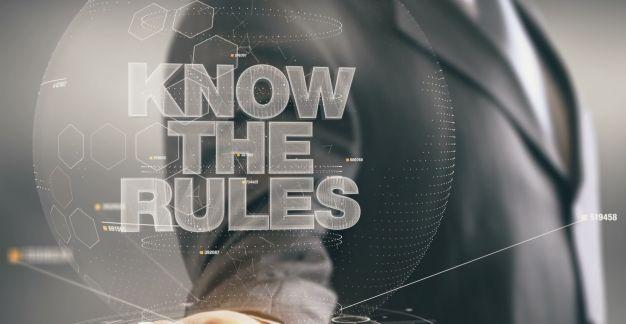 """Geschäftsmann mit Slogan """"Know the Rules"""""""